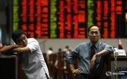 Трейдеры на Филиппинской фондовой бирже в Маниле 27 октября 2008 года. Активы развивающихся рынков могут снова показаться дешёвыми спустя годы слабости, но, по понятным причинам, инвесторы не спешат активно вкладываться в развивающиеся страны до окончательного завершения финансовых и политических кризисов.  REUTERS/Cheryl Ravelo