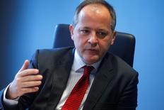 """Benoit Coeure, miembro del consejo de gobierno del BCE, durante una entrevista con Reuters en Fráncfort el 12 de febrero de 2014. El Banco Central Europeo no llevará las tasas de interés a territorio negativo """"absurdamente"""" y los tipos negativos no son el principal instrumento del banco incluso aunque no se puedan descartar nuevos recortes, dijo Benoit Coeure, miembro del consejo de gobierno del BCE. REUTERS/Ralph Orlowski"""