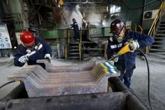 Empleados trabajan en planta de cobre al norte de la capital chilena, Dec 15, 2015. La producción manufacturera en Chile rebotó en febrero y anotó un avance del 1,3 por ciento interanual, apoyado en un mejor desempeño del sector alimentos y bebidas, una baja base de comparación y un día laboral adicional. REUTERS/Ivan Alvarado