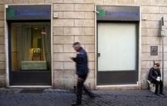 Rome compte demander aux banques de participer au dédommagement de milliers d'Italiens qui ont perdu leurs économies l'an passé à l'occasion du renflouement de quatre petits établissements, dont Banca Etruria. /Photo prise le 15 décembre 2015/REUTERS/Max Rossi