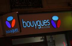 Bouygues se donne jusqu'à la fin du week-end pour trouver un accord avec Orange sur la vente de Bouygues Telecom, alors que des sources proches du dossier évoquent des points sensibles encore non tranchés comme le prix de la transaction ou la gouvernance. /Photo prise le 3 mars 2016/REUTERS/Jacky Naegelen