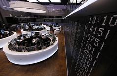 Les Bourses européennes sont en baisse jeudi en ouverture, affectées en particulier par le recul des valeurs des ressources naturelles, dont l'indice sectoriel accuse pour l'instant le repli le plus prononcé de la journée, et par la perte de terrain des valeurs télécoms françaises. Vers 07h25 GMT, le CAC 40 perd 0,95%, le FTSE 100 0,69% et le Dax 30 0,57%. /Photo d'archives/REUTERS/Ralph Orlowski