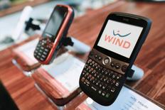 Мобильные телефоны оператора WIND в розничном салоне в Торонто. 16 декабря 2009 года. Антимонопольные регуляторы ЕС начали подробное рассмотрение сделки между Hutchison и Вымпелкомом, в рамках которой должны быть объединены их мобильные бизнесы в Италии, из-за опасений роста цен для их клиентов. REUTERS/Mark Blinch