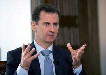 Президент Сирии Башар Асад дает интервью российсому госинформагентству в Дамаске. Фото распространеном информагентством SANA 30 марта 2016 года. Кремль опроверг в четверг сообщения арабских СМИ о том, что тайно договорился с США о судьбе сирийского президента Башара Асада.  REUTERS/SANA/Handout via Reuters