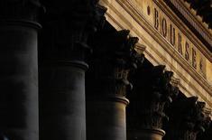 Здание Биржи в Париже. 2 марта 2016 года. Инвесторы снизили вложения в акции в марте до минимума последних пяти лет, несмотря на общее восстановление на глобальных фондовых рынках; при этом активы еврозоны и Японии приняли на себя наибольший удар из-за растущих сомнений в эффективности политики стимулирования, применяемой центробанками. REUTERS/Christian Hartmann
