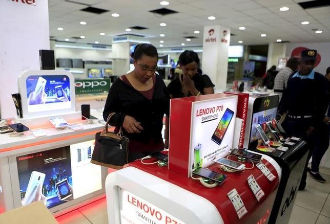 People look at smartphones of Chinese brand Lenovo at a shop in Kenya's capital Nairobi September 2, 2015. REUTERS/Noor Khamis