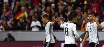 Jogadores da Alemanha comemoram gol contra a Itália.  29/3/16.  REUTERS/Michaela Rehle