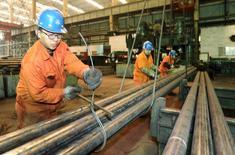 La actividad del sector manufacturero chino creció inesperadamente en marzo por primera vez en nueve meses, mostró el viernes una encuesta oficial, lo que aumenta la esperanza de que la presión a la baja sobre la segunda economía más grande del mundo está disminuyendo. En la imagen, empleados trabajan en una fábrica de Dongbei Special Steel Group en Dalian, provincia de Liaoning en China, el 31 de marzo de 2016. REUTERS/China Daily