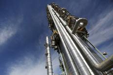 Трубы нефтеперерабатывающего завода мексиканской государственной нефтяной компании Salamanca.  Цены на нефть снижаются в пятницу, так как перенасыщение рынка, укрепление доллара и падение на региональных рынках акций давят на настроения инвесторов. REUTERS/Edgard Garrido