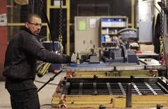 En la imagen, Anthony Lenoble, francés de 33 años, empleado de la compañía belga Picanol, trabaja en la planta de Ypres, el 18 de enero de 2013. Las fábricas de la zona euro cerraron el primer trimestre del 2016 en un estado mejor que lo estimado inicialmente, aunque el crecimiento de la actividad siguió siendo débil pese al mayor recorte de precios desde finales del 2009, mostró el viernes un sondeo. REUTERS/Yves Herman