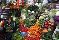 Una mujer vende vegetales en un puesto de un mercado en el distrito de Surquillo en Lima. 23 de octubre de 2015. La inflación en Perú se aceleró en marzo a un 0,6 por ciento, la  tasa mensual más alta desde hace un año, en medio de una alza estacional de los costos ligados al entretenimiento, servicios culturales y educativos, dijo el viernes el Gobierno. REUTERS/Mariana Bazo