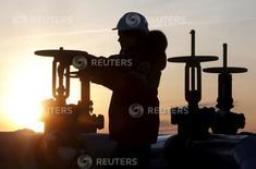 Un trabajador revisa una válvula de un oleoducto de la petrolera rusa Lukoil en un campo en las afueras de la ciudad de Kogalym, en el oeste de Siberia.  REUTERS/Sergei Karpukhin. La producción de petróleo de Rusia subió un 0,3 por ciento a 10,91 millones de barriles por día (bpd) en marzo, su mayor nivel en casi 30 años, un escenario que genera dudas sobre el compromiso de Moscú de congelar sus volúmenes de extracción de cara a la cumbre de productores prevista en Doha este mes.