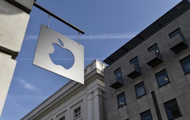 A sign is seen outside the Apple Store in Covent Garden in London, April 10, 2015.   REUTERS/Toby Melville