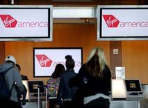 Pasajero en un mostrador de la aerolínea Virgin America en San Diego, EEUU, abr 4, 2016. Alaska Air Group Inc dijo el lunes que acordó la compra de Virgin America Inc por 2.600 millones de dólares para expandir su presencia en la Costa Oeste de Estados Unidos.        REUTERS/Mike Blake