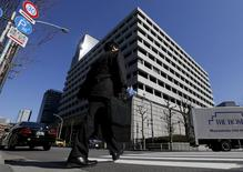 Le siège de la Banque du Japon à Tokyo. Le gouverneur de la banque centrale nipponne s'est déclaré mardi prêt à mettre en oeuvre de nouvelles mesures d'assouplissement pour relancer l'activité si l'inflation refusait de se rapprocher de l'objectif de 2% . /Photo prise le 15 mars 2016/REUTERS/Toru Hanai