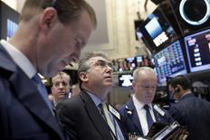 Трейдеры на фондовой бирже в Нью-Йорке. 4 апреля 2016 года. Фондовые рынки США снизились во вторник из-за падения финансовых акций на фоне ослабления цен на нефть и по-прежнему неопределенного прогноза повышения ключевой ставки в США. REUTERS/Brendan McDermid