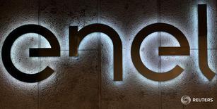 Новый логотип Enel в центральном офисе компании в Риме. 24 марта 2016 года. Итальянский энергоконцерн Enel, владеющий в России крупной генерирующей компанией, изучает российский энергорынок в поиске покупателей на ряд принадлежащих ему станций, но говорит, что уходить из страны не собирается. REUTERS/Stefano Rellandini