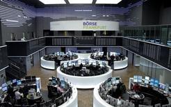 Les Bourses européennes ont ouvert en hausse mercredi, après leurs reculs du début de semaine, le redressement des cours pétroliers profitant aux valeurs de l'énergie. A Paris, l'indice CAC 40 gagne 0,3% tandis qu'à Francfort, le DAX prend 0,15% dans les premiers échanges. /Photo d'archives/REUTERS/Staff/remote