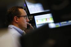 Трейдер на торгах фондовой биржи во Франкфурте-на-Майне 21 января 2016 года. Европейские фондовые рынки выросли в начале торгов среды после резкого спада за предыдущую сессию за счёт роста энергетических акций на фоне восстановления цен на нефть. REUTERS/Kai Pfaffenbach