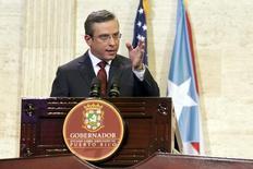 El Gobernador de Puerto Rico, Alejandro García Padilla, se dirige al Capitolio en San Juan, Puerto Rico. 30 de abril de 2015. La Cámara de Representantes de Puerto Rico aprobó el miércoles un proyecto de ley de emergencia que permite al gobierno detener pagos de su deuda, generando dudas sobre eventuales planes de reestructuración mayores para prevenir un colapso financiero en el territorio estadounidense. REUTERS/Alvin Baez