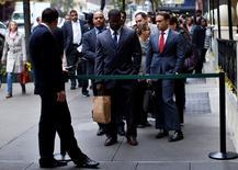 En la imagen, personas que buscan empleo hacen fila en una feria laboral en Nueva York. 24 de octubre, 2012.  El número de estadounidenses que solicitó el subsidio por desempleo cayó más de lo esperado la semana pasada, lo que sugiere que el mercado laboral continuó fortaleciéndose pese a un tibio crecimiento económico. REUTERS/Mike Segar