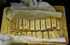 Слитки золота на заводе 'Oegussa' в Вене. 18 марта 2016 года. Цена на золото выросла более чем на один процент в четверг, так как доллар остается под давлением после того, как протоколы последней встречи ФРС США показали осторожность в отношении будущего увеличения процентных ставок. REUTERS/Leonhard Foeger