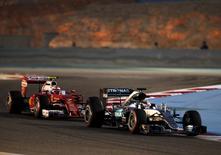 Hamilton e Raikkonen em treino classificatório no Barein.  02/04/16.  REUTERS/Hamad I Mohammed