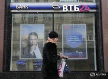 Отделение банка ВТБ24 в Москве. Первый зампред ЦБР Ксения Юдаева констатирует снижение инфляционных и девальвационных ожиданий российского населения, отмечая, что такой тренд приведет к снижению долларизации депозитов.  REUTERS/Maxim Zmeyev