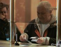 Женщина пересчитывает деньги в ломбарде в Москве 14 ноября 2008 года. Банк России три года назад успешно подавил пузырь на рынке необеспеченного потребительского кредитования, рынок схлопнулся и теперь розничное кредитование начинает оживать, сказал глава департамента финансовой стабильности ЦБР Сергей Моисеев, добавив, что пока рано делать выводы о тенденции, но регулятора заботит рост выдачи новых кредитов самым закредитованным заемщикам. REUTERS/Alexander Natruskin