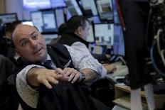 Трейдеры работают на фондовой бирже Нью-Йорка.  Фондовые рынки США открыли торги пятницы на положительной территории, поддерживаемые ростом цен на нефть, а также комментариями главы Федрезерва Джанет Йеллен, указывающими на устойчивость американской экономики. REUTERS/Brendan McDermid