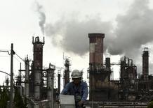 Нефтехимическй завод в Кавасаки, недалеко от Токио . Объём заказов машинного и производственного оборудования в Японии снизился в феврале не так резко, как ожидалось, указывая на стабилизацию капзатрат, однако укрепление иены, которое может навредить корпоративной прибыли, ухудшает прогноз.  REUTERS/Thomas Peter