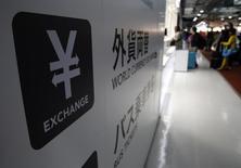Символ японской иены на объявлении пункта обмена валюты в аэропорту Нарита близ Токио. 25 марта 2016 года. Доллар немного отыграл позиции после падения до минимума 17 месяцев к иене в понедельник, после того как Япония предупредила, что может выйти с интервенциями на валютный рынок, чтобы ослабить свою валюту. REUTERS/Yuya Shino