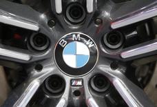 BMW a annoncé mardi avoir enregistré en mars ses meilleures ventes mensuelles en 100 années d'existence, avec 240.659 véhicules des marques BMW, MINI et Rolls-Royce vendus. Les ventes de la marque BMW ont augmenté de 2,9%, essentiellement en raison de la demande pour les véhicules compacts, pour atteindre 201.352 unités le mois dernier. /Photo prise le 12 janvier 2016/REUTERS/Mark Blinch