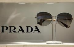 Очки Prada в магазине Рима. Итальянский модный дом Prada сообщил, что в противовес открытию новых магазинов выборочно закроет несколько торговых точек в 2016 и 2017 годах в попытке оградить маржу прибыли от ослабления спроса.  REUTERS/Max Rossi