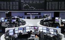 Фондовая биржа Франкфурта-на-Майне.  Европейские фондовые рынки снизились во вторник из-за падения бумаг производителей товаров класса люкс после того, как лидер отрасли, французская компания LVMH, отчиталась о квартальных продажах, не дотянувших до прогнозов. REUTERS/Staff/Remote
