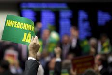 Член парламентской комиссии голосует за импичмент президента Бразилии Дилмы Русеф в городе Бразилиа 11 апреля 2016 года. Комиссия нижней палаты Конгресса Бразилии в понедельник одобрила импичмент президента страны Дилме Русеф, обвиняемой в нарушении бюджетного законодательства для поддержки своего переизбрания в 2014 году. REUTERS/Ueslei Marcelino