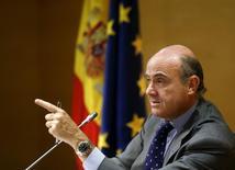 """En la imagen, el ministro de Economía de España, Luis de Guindos, en una rueda de prensa en el Ministerio de Economía en Madrid, España, el 6 de julio de 2015. El ministro de Economía de España dijo el martes que buscaría llegar a un acuerdo este mes con la Comisión Europea sobre previsiones económicas """"realistas"""", lo que sugiere que el país podría revisar al alza sus objetivos de déficit para el 2016 y 2017 luego de incumplir con la meta el año pasado. REUTERS/Andrea Comas"""