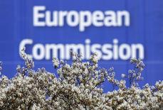 En la imagen, el logo de la Comisión Europea en Bruselas, Bélgica, el 12 de abril de 2016. Las grandes empresas tendrían que divulgar públicamente sus datos fiscales y financieros en virtud de las propuestas presentadas el martes por la Comisión Europea, en un esfuerzo por eliminar la ingeniería fiscal que cuesta a la Unión Europea miles de millones de euros en ingresos perdidos en impuestos. REUTERS/Yves Herman