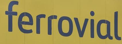 El grupo Ferrovial dijo el martes que, a través de su filial Webber, ha comprado la compañía texana Pepper Lawson Construction (Pepper Lawson), especializada en infraestructuras de agua y edificación no residencial. En la imagen, el logotipo de Ferrovial en Madrid, España, el 9 de marzo de 2016. REUTERS/Sergio Perez