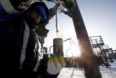 Foto de archivo de un trabajador petrolero en el campo de Gazpromneft en Yuzhno-Priobskoye. Ene 28, 2016. Los precios globales del petróleo tocaron nuevos máximos de cuatro meses el martes, cerca de los 45 dólares por barril, tras reportes de que Rusia y Arabia Saudita, grandes productores, acordaron congelar la producción antes de una reunión muy esperada en Doha el domingo. REUTERS/Sergei Karpukhin