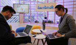 """Facebook a ouvert son application Messenger aux développeurs pour créer des """"chatbots"""", ces logiciels qui simulent les conversations en ligne et facilitent les achats sur internet. /Photo prise le 24 février 2016/REUTERS/Fabrizio Bensch"""