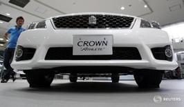 Седан Toyota  Crown Athlete в шоуруме в Токио. Японский автопроизводитель Toyota Motor Corp отозвал около 390.000 автомобилей в Японии и других странах для устранения неисправности датчиков давления топлива, которая может приводить к утечке.REUTERS/Issei Kato