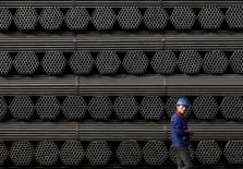 La Commission européenne est prête, si nécessaire, à prendre d'autres mesures contre le dumping de l'acier chinois, a déclaré mercredi à Strasbourg son président, Jean-Claude Juncker. /Photo prise le 3 novembre 2015/    REUTERS/Kim Kyung-Hoon
