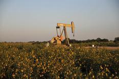 Imagen de archivo de una unidad de bombeo de crudo de la compañía Devon Energy Production Company operando en Guthrie, EEUU, sep 15, 2015. Los inventarios de crudo de Estados Unidos escalaron la semana pasada y superaron en más de tres veces las estimaciones del mercado, mientras que las existencias de gasolina bajaron más de lo previsto y las de destilados aumentaron, mostró el miércoles un reporte de la Administración de Información de Energía (EIA).     REUTERS/Nick Oxford