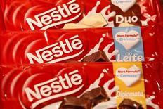 Nestlé a confirmé jeudi ses prévisions annuelles après avoir enregistré au premier trimestre une croissance organique de 3,9%, supérieure aux attentes, une croissance accélérée des volumes ayant compensé un contexte de prix moins favorable. /Photo prise le 18 février 2016/REUTERS/Pierre Albouy