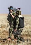 """Курдские ополченки с оружием в районе Рас ал-Айн на западе Сирии 25 января 2015. Владимир Путин пообещал поддержку """"мужественным"""" сирийским курдам, чье намерение к автономии в Сирии раздражает Турцию, борющуюся с курдским сепаратизмом на своей территории. REUTERS/Rodi Said"""
