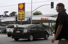 Un peatón camina cerca de un cartel que muestra el precio del combustible, en una gasolinera en San Francisco, California. 22 de julio de 2015. Los precios al consumidor en Estados Unidos subieron menos de lo esperado durante marzo y la inflación subyacente se desaceleró, lo que sugiere que la Reserva Federal mantendrá una postura cauta respecto a un alza de las tasas de interés este año. REUTERS/Robert Galbraith