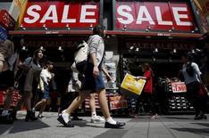 Artère commerçante à Tokyo. La croissance économique mondiale va ralentir et l'inflation aura du mal à se redresser en dépit de politiques monétaires toujours ultra-accommodantes, estiment des économistes interrogés par Reuters, qui plaident pour un recours à des dépenses d'infrastructures ou une augmentation des salaires afin de soutenir l'activité et la consommation. /Photo prise le 28 avril 2015/REUTERS/Yuya Shino