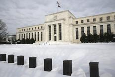 Здание ФРС США в Вашингтоне. Федеральная резервная система США повысит процентные ставки дважды в 2016 году, и первое повышение, скорее всего, произойдет в июне, однако вероятность этого снижается на фоне признаков слабого начала года, недостаточной инфляции и глобальной нестабильности, показал опрос Рейтер. REUTERS/Jonathan Ernst