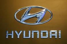 Логотип Hyundai на автосалоне в Бангкоке. 22 марта 2016 года. Hyundai Motor и Kia Motors намерены достичь целевого роста совокупных годовых продаж, несмотря на 6-процентный спад в первом квартале, сказал в пятницу Чун Мон Ку, глава южнокорейских автопроизводителей. REUTERS/Chaiwat Subprasom